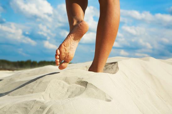 Barfusslaufen für kräftige Zehen ist Fußgymnastik gegen Hallux Valgus